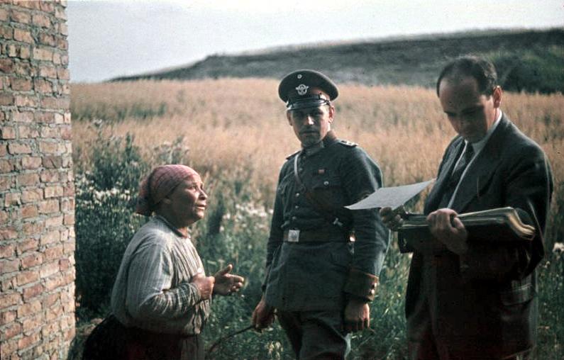 Bundesarchiv_R_165_Bild-244-71_Dr._Robert_Ritter_mit_alter_Frau_und_Polizist